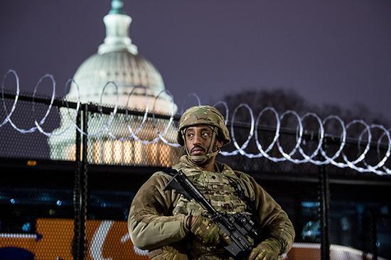 """FBI警告本周末开始全美或爆发""""武装抗议"""" 各地高度戒备"""