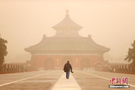 资料图:3月15日,北京天坛公园笼罩在沙尘中。中新社记者 富田 摄