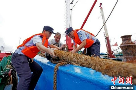 舟山民警登船帮助渔民加固渔船