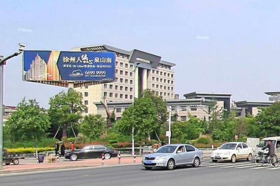 泉山法院旁高立柱广告拆除前