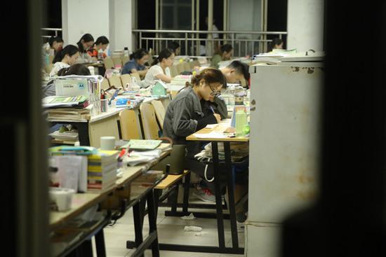 考研复习现场。 视觉中国供图