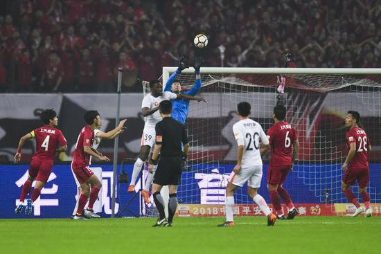 比赛精彩瞬间。东方IC 图佩雷拉的谨慎也是球队夺冠雄心的一种体现。