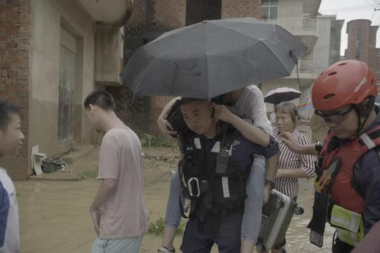 今年南方水灾,王刚历经江西安徽两省4个地方灾区,参与了长达一个月时间的救援。