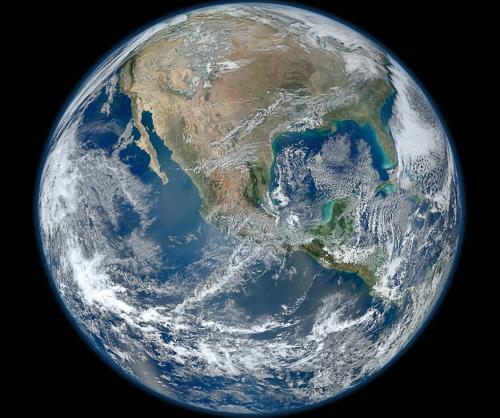 """图为2012年1月4日,地球观测卫星""""苏奥米NPP""""拍摄的地球全景图——""""蓝色大理石"""",图中的地球美得令人窒息。 图片来源:NASA官网"""