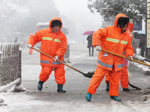 优秀环卫工人事�_雪覆金陵,环卫工人们第一时间上路清理,才有了南京的\