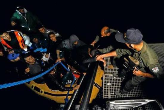 救援人员转移救出人员。