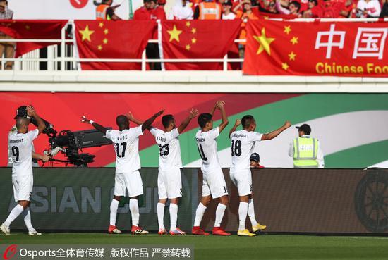 吉尔吉斯斯坦队庆祝进球。