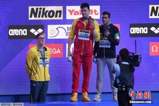 7月21日,光州游泳世锦赛继续进行,第七次参加世锦赛的中国选手孙杨在男子400米自由泳决赛中夺得该项目世锦赛四连冠。图为赛后颁奖仪式上银牌得主霍顿拒绝与金牌得主孙杨进行赛后合影。中新社记者 韩海丹 摄