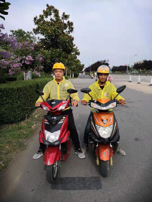 当晚救人的两名外卖员:陈雨(左),向波(右) 受访者供图