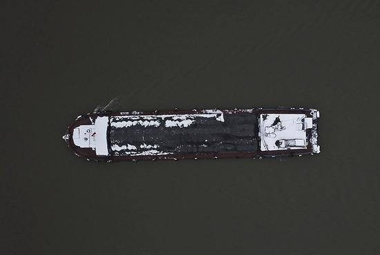一条行驶在京杭大运河中的货船。
