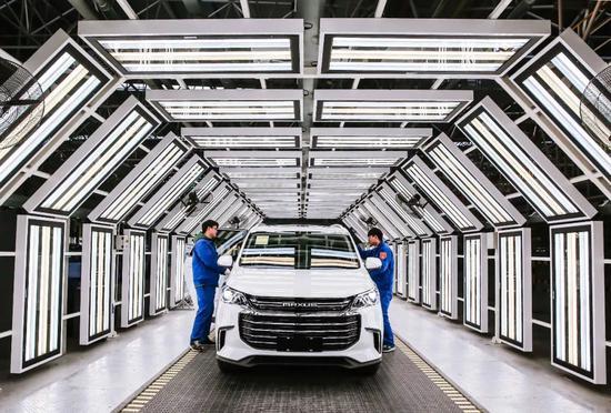 位于江宁高新区的上汽大通工厂内,工人正在调试新车。通讯员 张海洋 南京日报记者 冯芃 摄