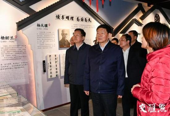 (娄勤俭在同里古镇参观吴江家风家训传承馆。)