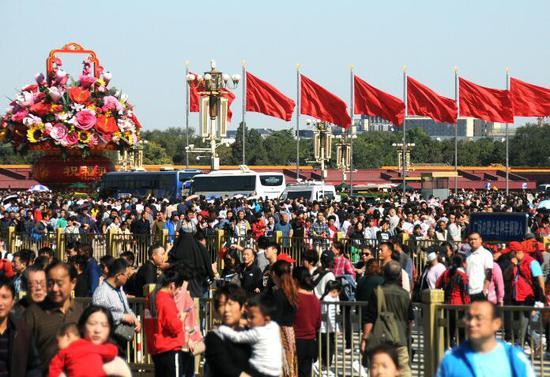 北京天安门广场及故宫游客如潮、人山人海,迎来旅游客流高峰。