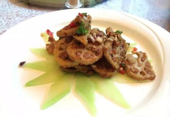 豌豆尖、水芹、紫扁豆、上海草头,都是溱湖的特产,清炒配菜,入口清香。
