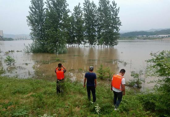 搜救人员正在搜寻温泉镇坡儿垴村落水失联的村支书刘水存