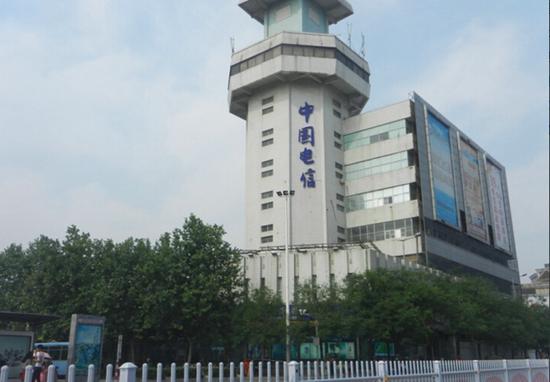 淮海路中国电信楼顶广告牌拆除后