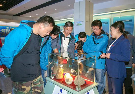 志愿者们学习了解察尔汗盐湖的发展史