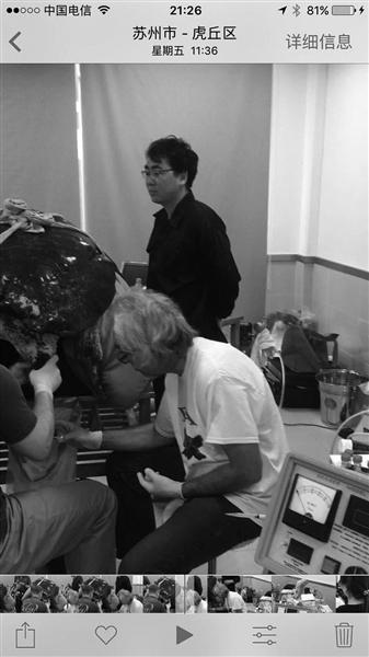 杰拉德带领专家团队为雄性斑鳖采精。