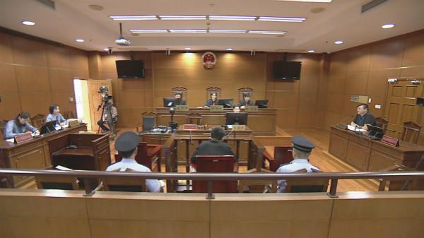 男子假冒教授诈骗女子两百余万元 被判10年6个月
