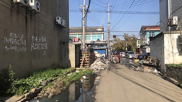 东野、永兴组的日常,垃圾遍地,污水横流。澎湃新闻记者 袁杰 图