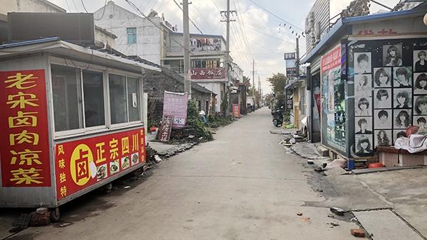 大量外来务工人员的涌入,让东野、永兴多了很多外省元素。澎湃新闻记者 袁杰 图