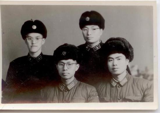 在哈军工就读期间与同学合影(右一为钱七虎)