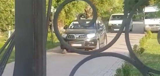 阿坦巴耶夫及其亲信被执法人员带出比什凯克郊区府邸 视频截图