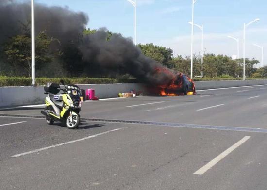 轿车自燃幸无伤亡 南京交警提示出行检查