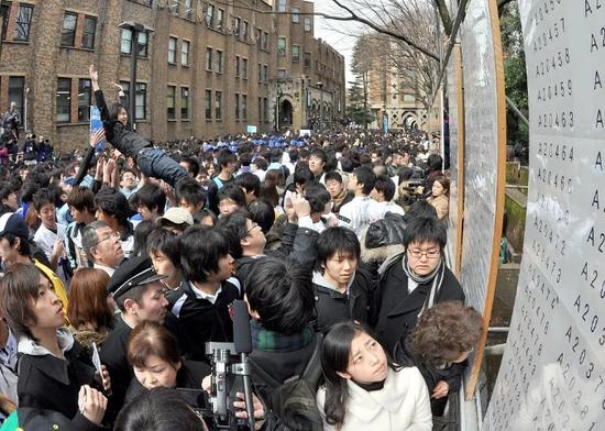 2010年3月10日,考生在东京大学查看入学考试结果。图/视觉中国