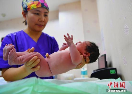 资料图:刚出生的宝宝。中新社记者 翟羽佳 摄