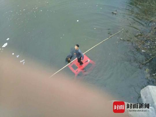 四轮电动车被河水淹没。