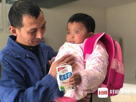 电力工人李斌抱着4岁女娃小小曾。