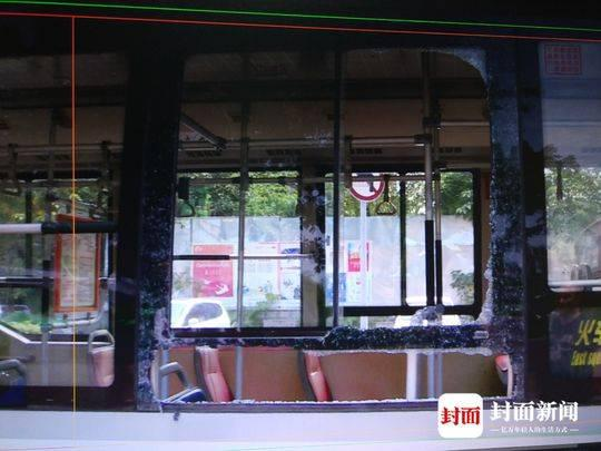 公交车窗被大爷砸碎