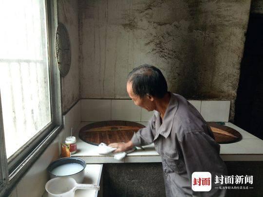 平时,王成国除了干农活,还要照顾残疾妻子的饮食起居。