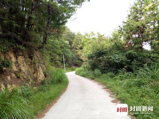 通过这条弯弯曲曲的山路,才能到达王小平的家。