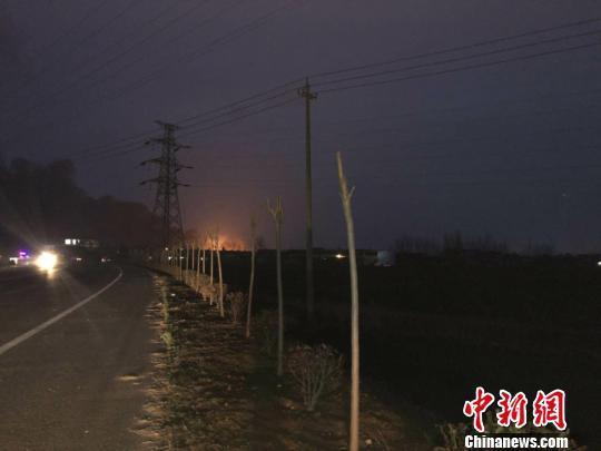 爆炸工厂仍在腾起火焰。 于从文 摄