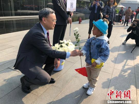 清明假期期间,纪念馆举行了捐款献花活动,所得款项将用于改善南京大屠杀幸存者生活。 朱晓颖 摄