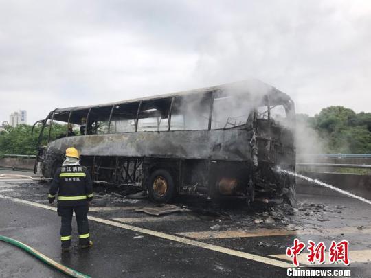 """大巴车被烧得只剩下""""铁架子"""""""