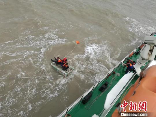 图为搜救现场。 连云港海事局供图摄