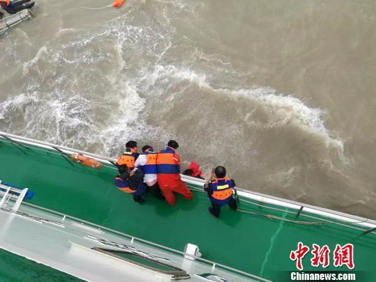 图为船上共5人,其中3人被成功救起。 连云港海事局供图摄