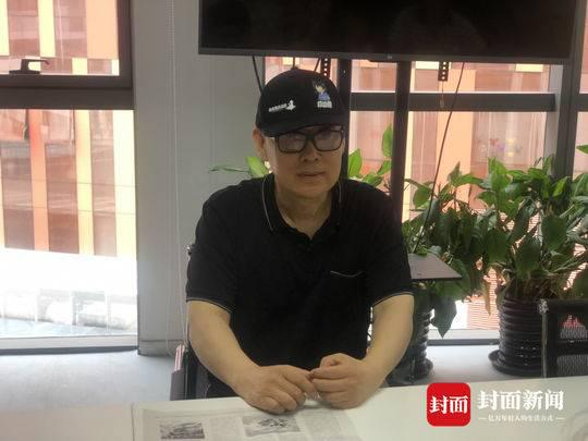 举报人作家郑渊洁在北京接受媒体采访 摄影:封面新闻记者滕晗