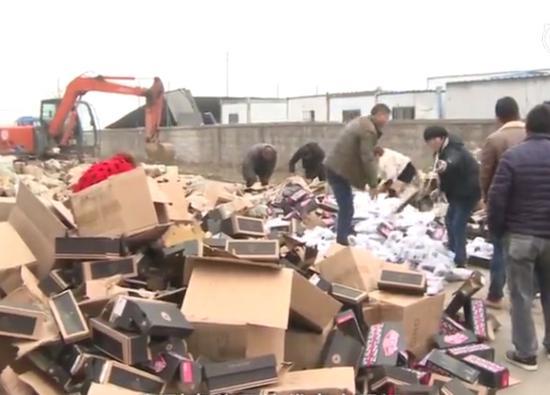 12月3日,安徽警方对假鞋进行集中销毁。