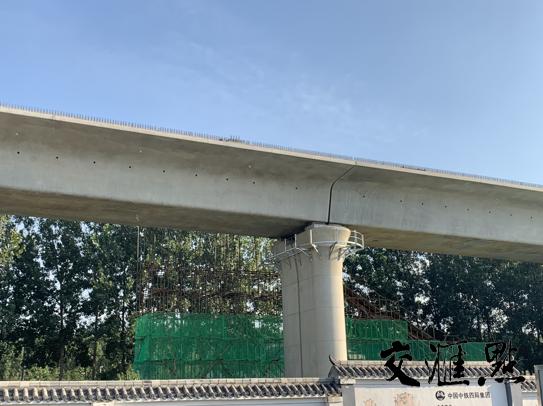 东海顺泰制梁场前架设好的桥梁