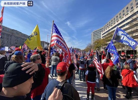 美国大选尘埃渐落 特朗普支持者与反对者同在华盛顿游行
