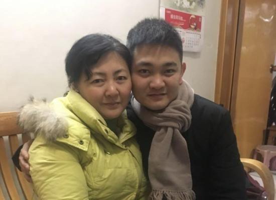 朱晓娟与儿子在一起。受访者供图