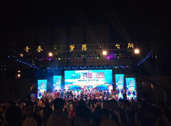 华阳中学在为高三学生举办演出。