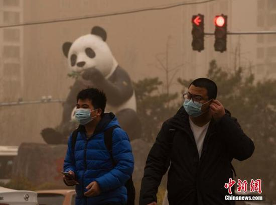 资料图:3月15日,北京市民佩戴口罩出行。中新社记者 侯宇 摄