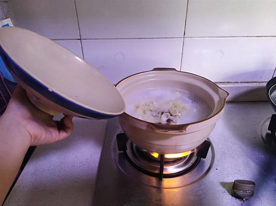夏敏洁在做红枣雪梨羹。