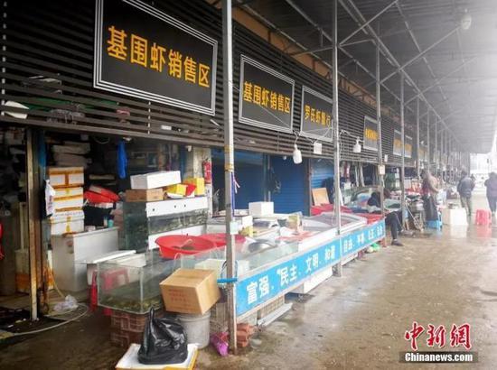 华南海鲜城的卫生学调查和环境卫生处置正在进行中。中新社记者 张畅 摄