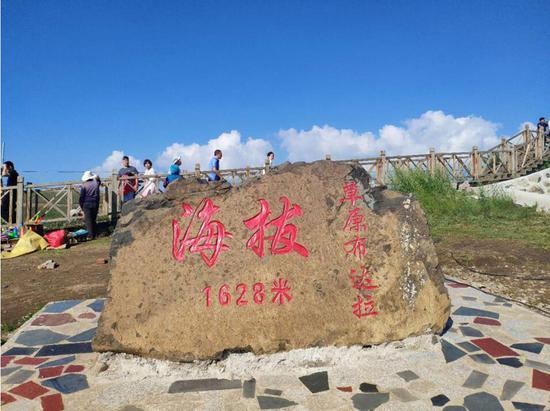中途停车休息的地点,是海拔1628米的草原布达拉。